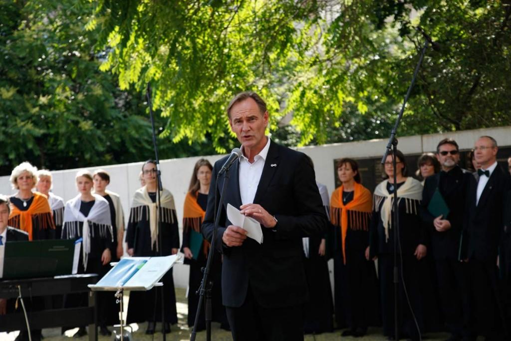 Oberbürgermeister Jung am Gedenkort der grossen Gemeindesynagoge