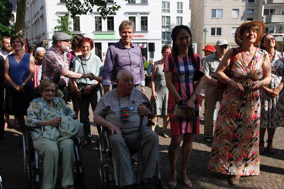 Ältere Menschen im Rollstuhl sitzen im Publikum
