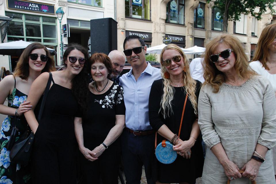 Frau Richter mit ihren Angehörigen in der Gottschedstraße