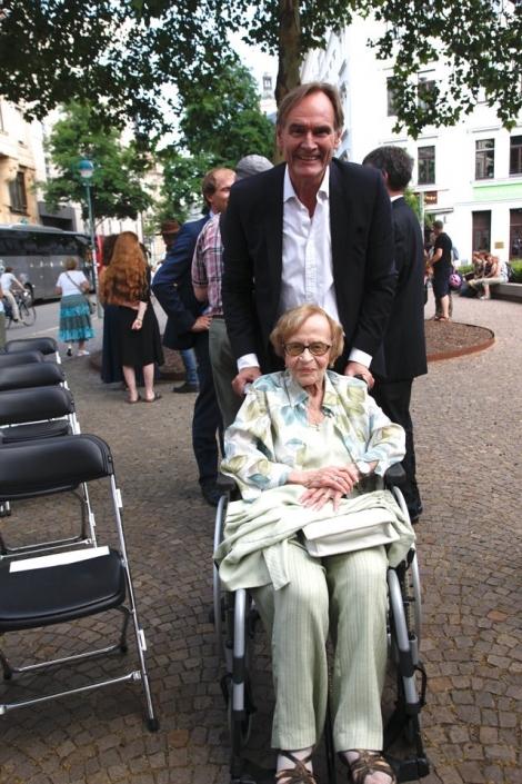 Eva Wechsberg im Rollstuhl, OBM Burkard Jung steht dahinter