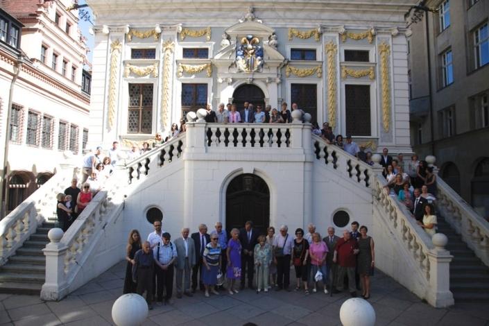 Viele Personen vor der Alten Handelsbörse