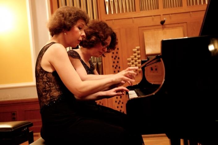 zwei Pianistinnen spielen am Flügel vierhändig