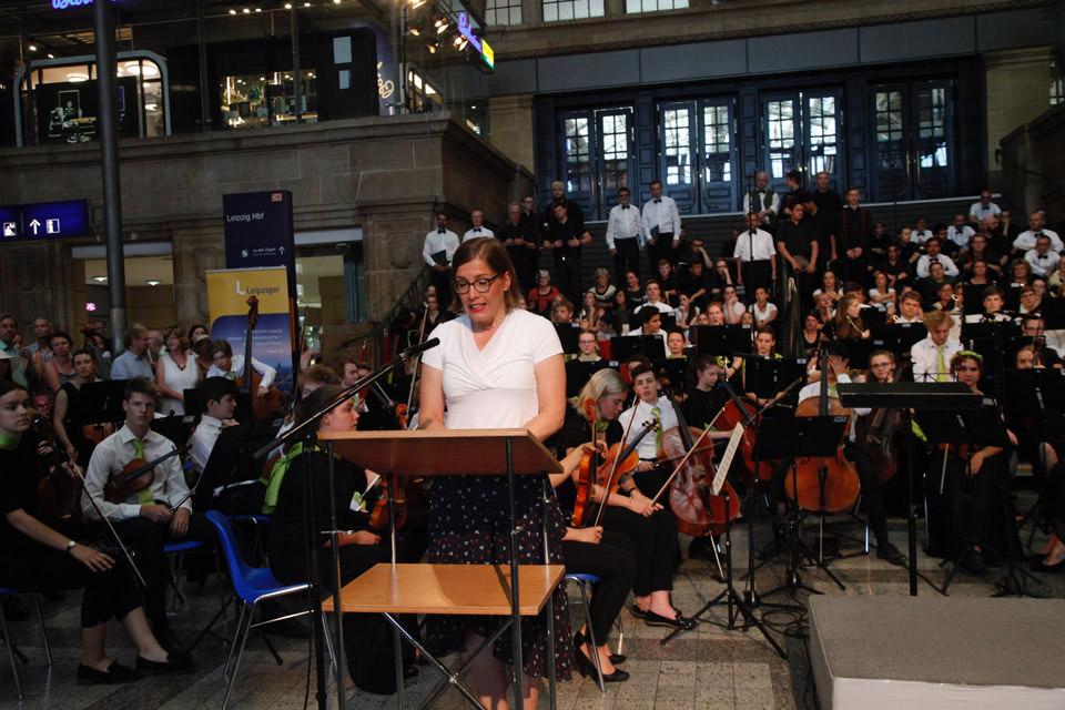 Hauptbahnhof Leipzig, Frau hält eine Rede vor Publikum