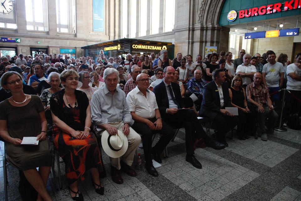 Publikum im Hauptbahnhof Leipzig