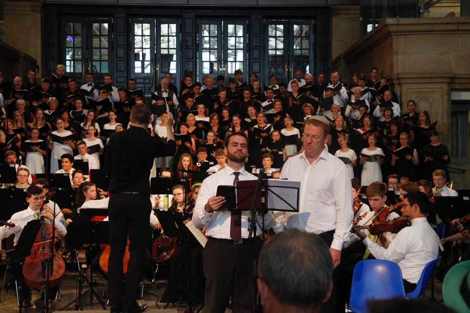 Solisten und Chor im Hauptbahnhof Leipzig