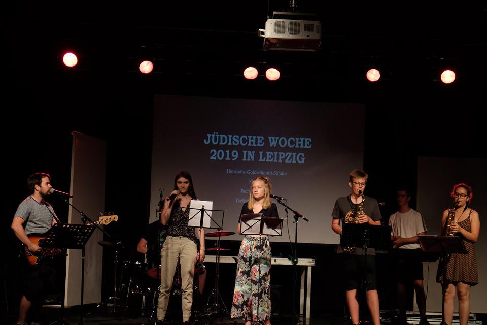 Schüler der Henriette Goldschmidt-Schule musizieren auf einer Bühne