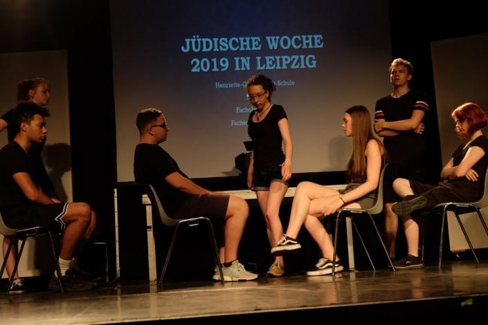 Schüler der Henriette Goldschmidt-Schule spielen Theater auf einer Bühne