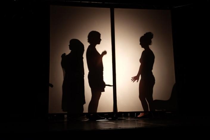 Schüler der Henriette Goldschmidt-Schule spielen auf einer Bühne Theater