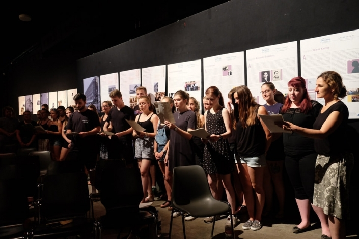 SchülerInnen der Rahn Education singen auf einer Bühne