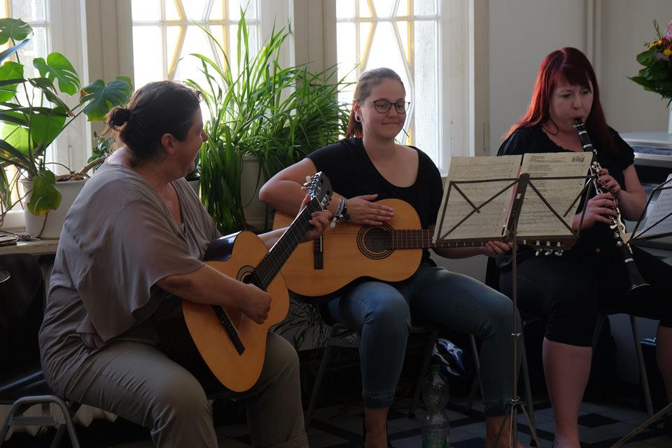 Zwei Mädchen spielen Gitarre