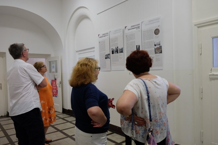 zwei Frauen stehen vor Schrifttafeln in einer Ausstellung