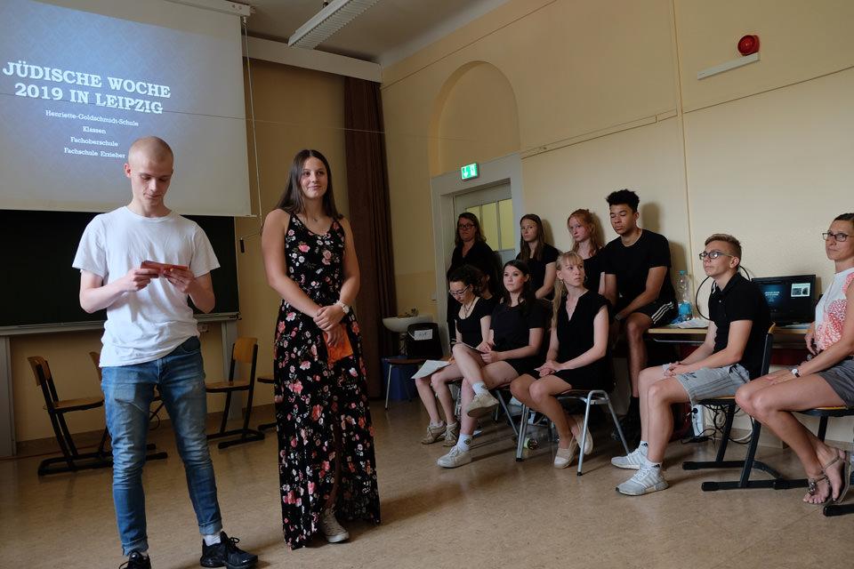 Schüler tragen ein Gedicht vor